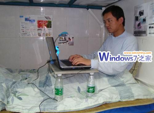 俩矿泉水瓶,自己diy有温度的床上电脑桌